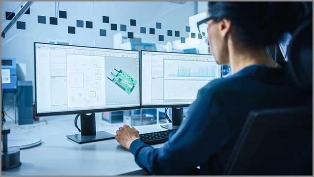 Inżynier pracujący nad układem PCB i gotowym projektem