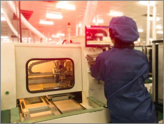 producent obwodów drukowanych ustawia automatyczną frezarkę PCB